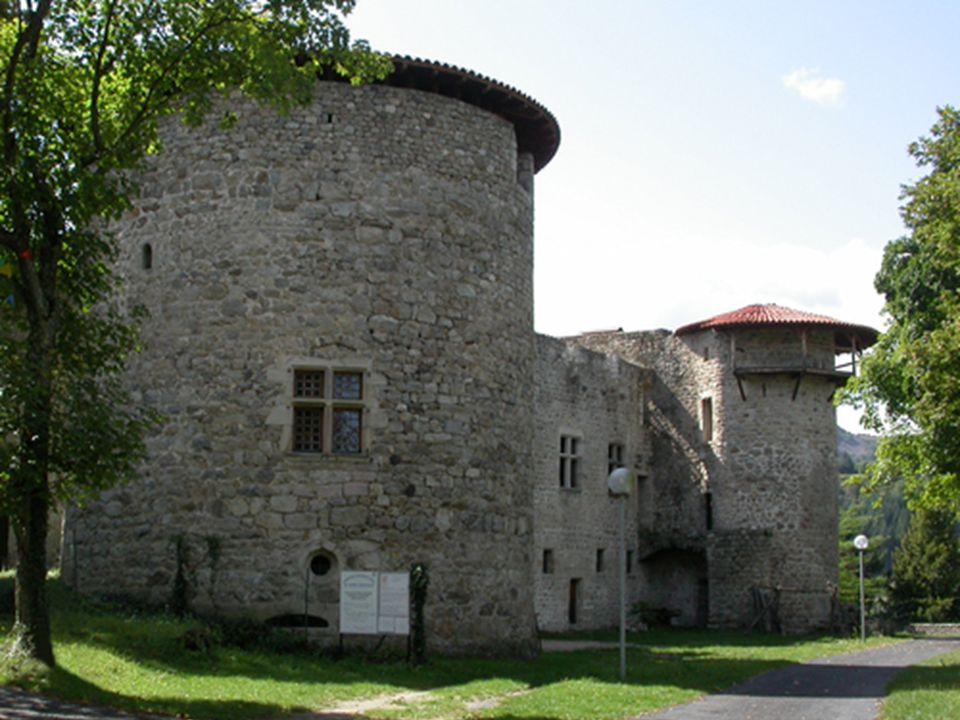 Château de la Chèze Le Cheylard ardeche Simple tour carré dans les textes au XIIIe siècle, il a été agrandi au cours des siècles jusqu'à avoir sa tail