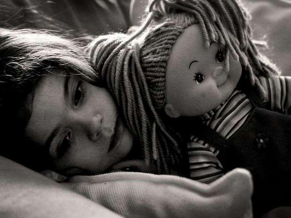Un matin, alors qu'elle a mal dormi, Léa dit : »J'arrivais pas à m'endormir, j'ai entendu le cochon dans ma chambre… »(Un cochon.