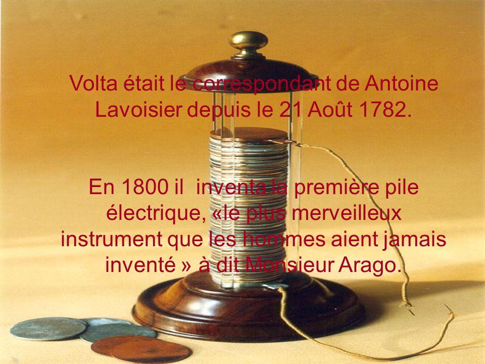 Bonaparte lui a décerné le titre de sénateur de Lombardie en 1810 C'est à Paris que Volta présenta sa première invention de la pile à colonne devant l Institut de France (est composée d une alternance de disques de cuivre et de zinc séparés par un tissu imbibé de saumure (H20+NaCl).