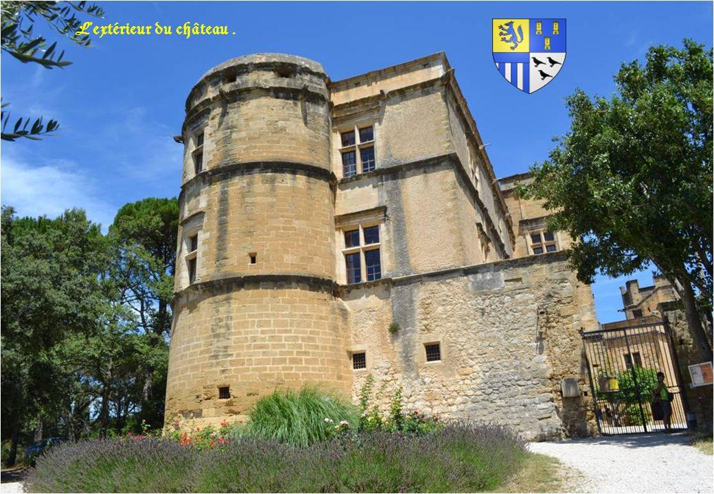 Le château de Lourmarin, dans le Vaucluse. On connaît trois périodes de construction : 1) Une forteresse dont il ne reste pratiquement rien, édifiée a