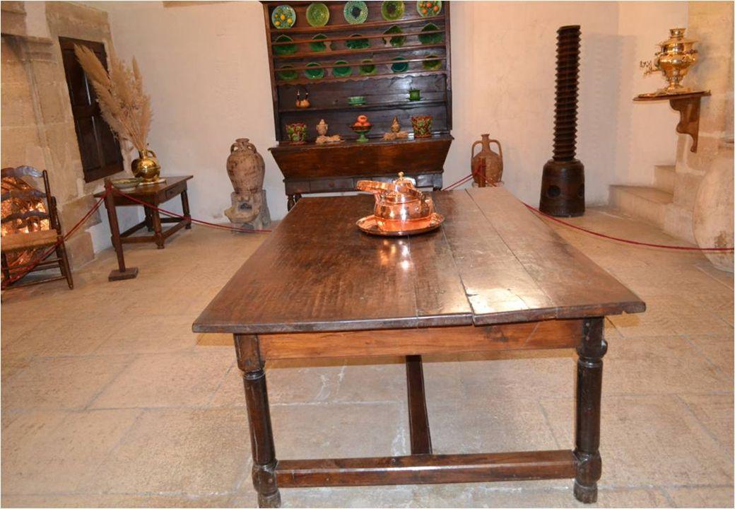 Les cuivres accrochés sous le manteau de la cheminée sont P rovençaux, Alors que ceux posés au sol viennent d'Afrique du Nord et du Moyen –Orient.