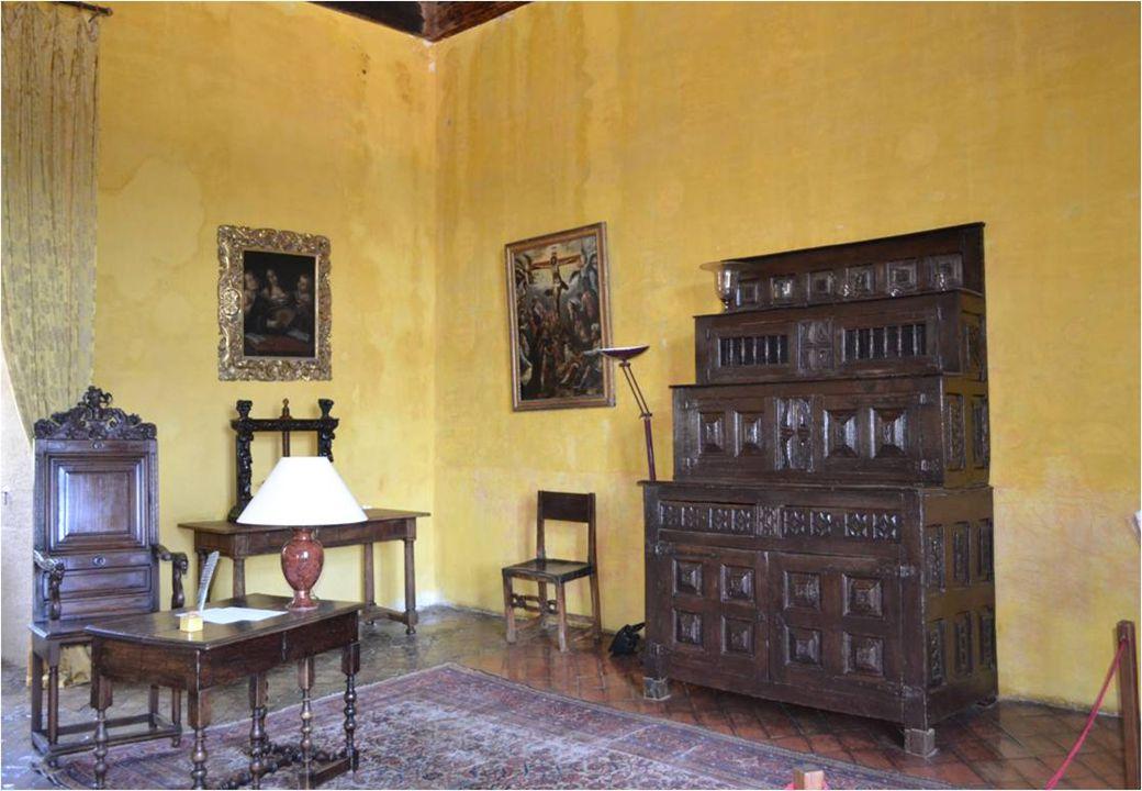 La salle de réception, avec carrelage d'origine, sa cheminée monumentale, Devant la cheminée, deux fauteuils Louis XIII et mobilier espagnol du 17 è s