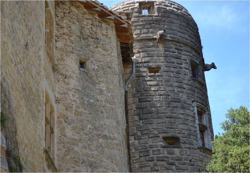 le Vaisselier bressan ( 18 è siècle ) présente des faïences de la Tour d'Aigues.