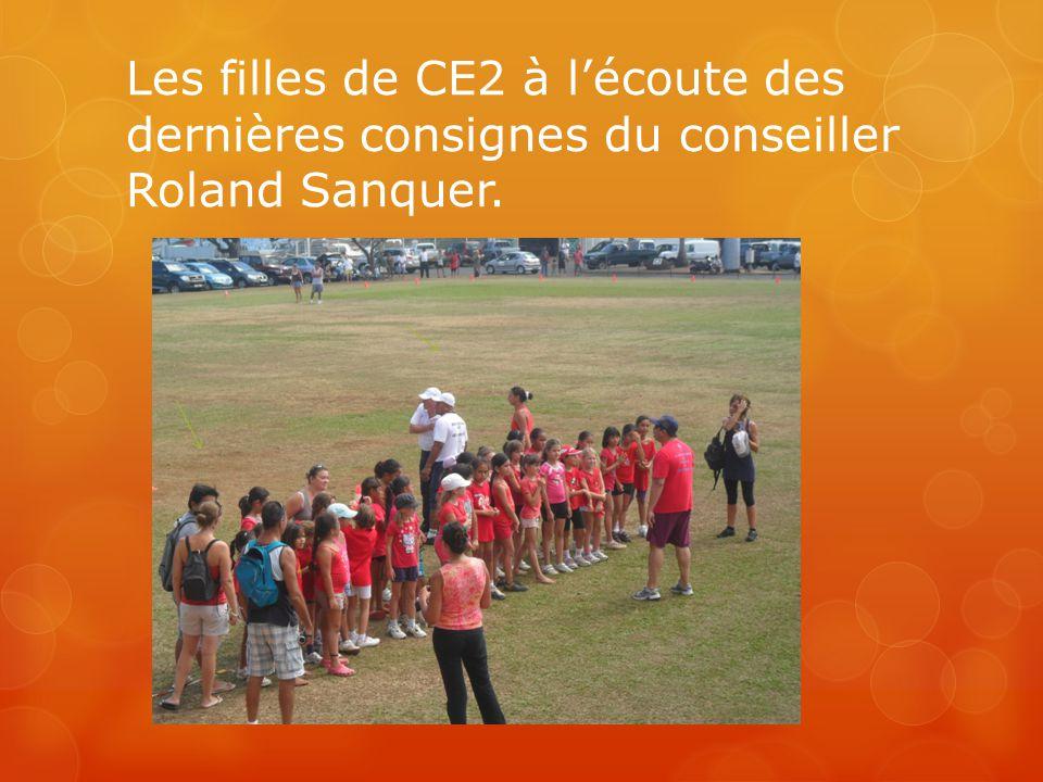 Les filles de CE2 à l'écoute des dernières consignes du conseiller Roland Sanquer.