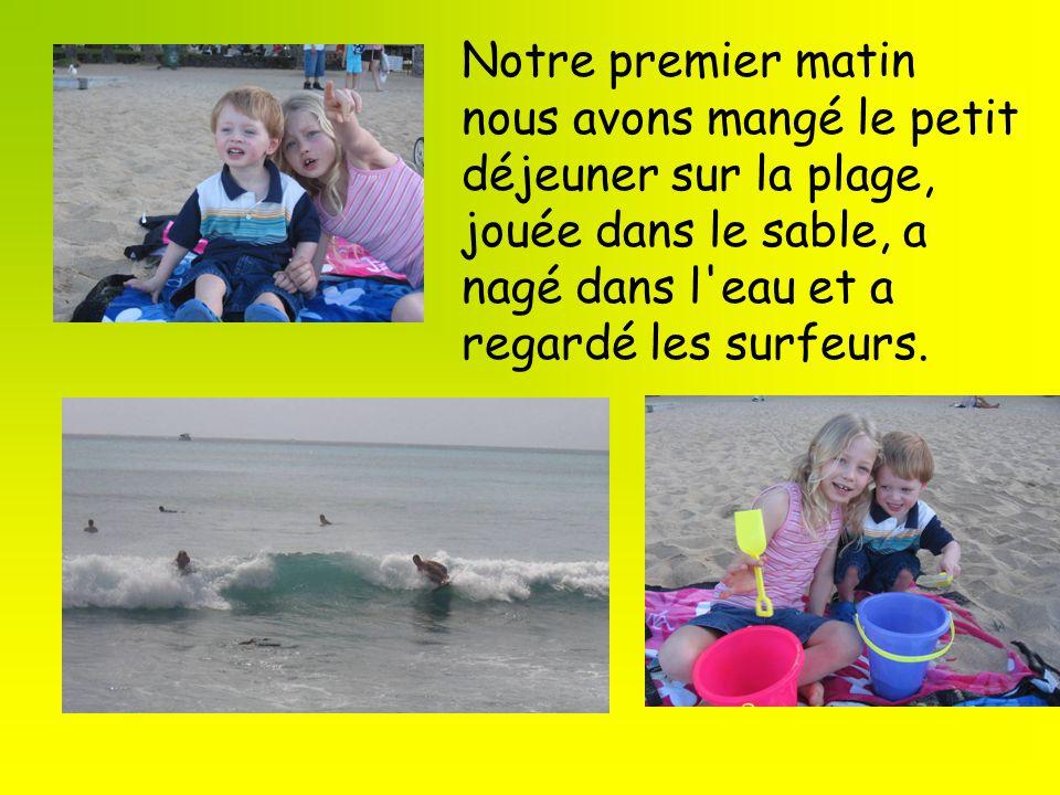 Notre premier matin nous avons mangé le petit déjeuner sur la plage, jouée dans le sable, a nagé dans l'eau et a regardé les surfeurs.