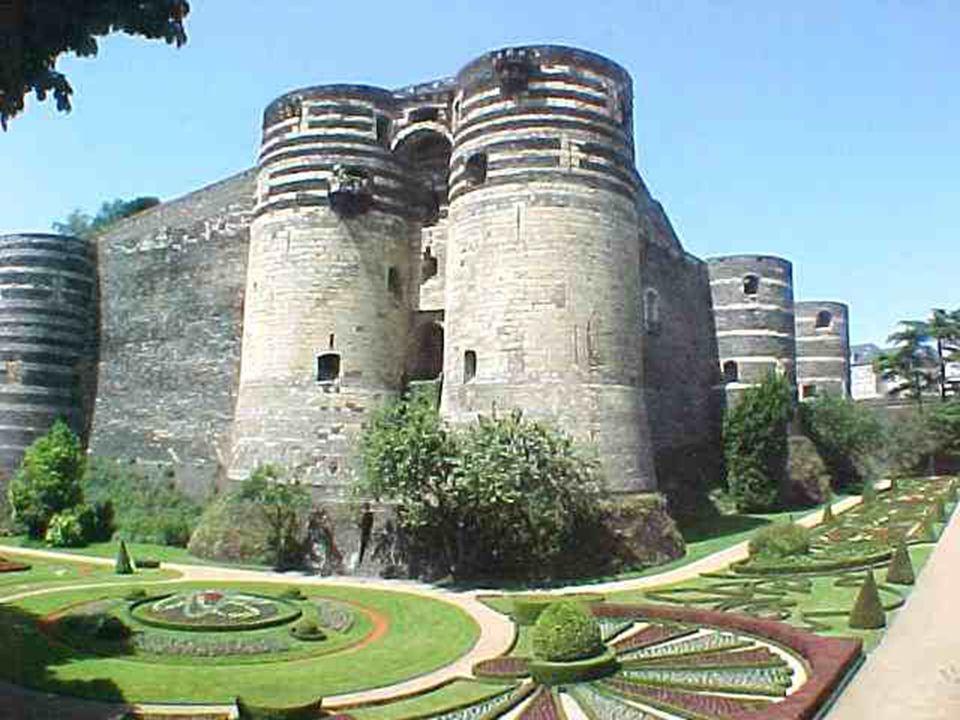 Château d ' Angers. Saint Louis fit édifier cette forteresse de schiste et calcaire, entourée de 17 tours accessible par un superbe Pont - Levis menan
