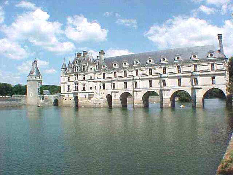 Chenonceaux. L es jardins sont les témoins de la rivalité des Dames du Château : à l ' ouest, Catherine de Medicis a laissé l'empreinte de la Renaissa