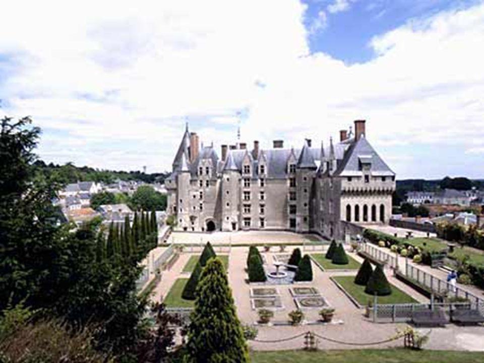 Château de Langeais. * * * * * Aux environ de l ' An mil, il appartint au Conte d ' Anjou Foulques Nerra et connut bien des péripéties au long des siè