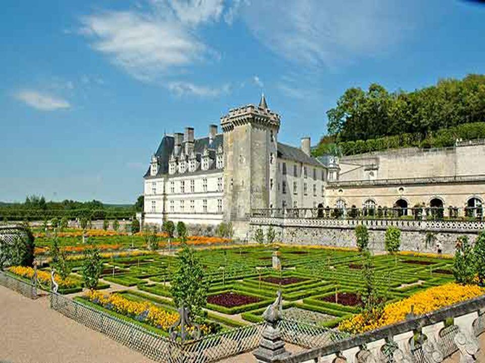 Château de Villandry. * * * * * L ' originalité est l ' utilisation faite du site pour y construire en pleine harmonie avec la nature et la pierre, de