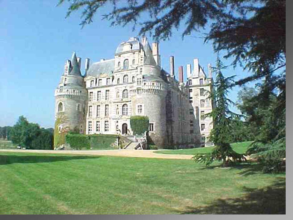 Château de Brissac. Plus haut Château de France avec 7 étages et 204 pièces, mérite bien son surnom de * Géant du Val de Loire *. Acquis en 1502 par R