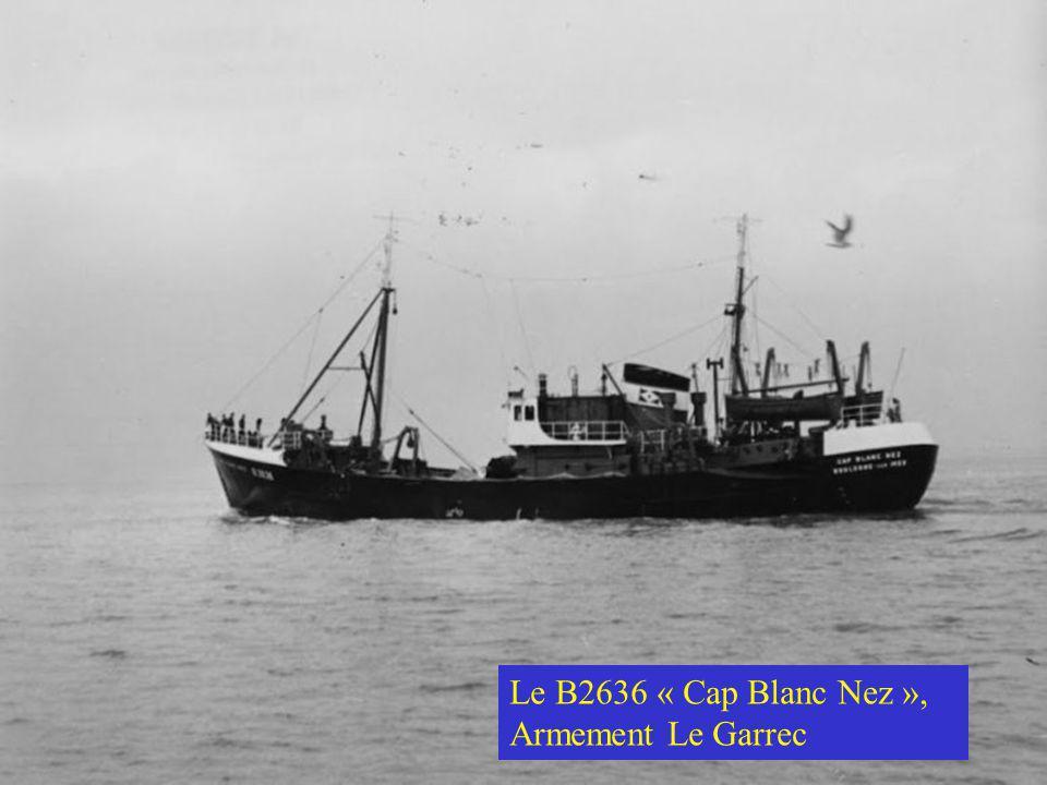 Après le débarquement du vrac maintenant c'est au tour des caisses faites à bord pendant la marée(souvent le poisson de belle qualité et de belle tail