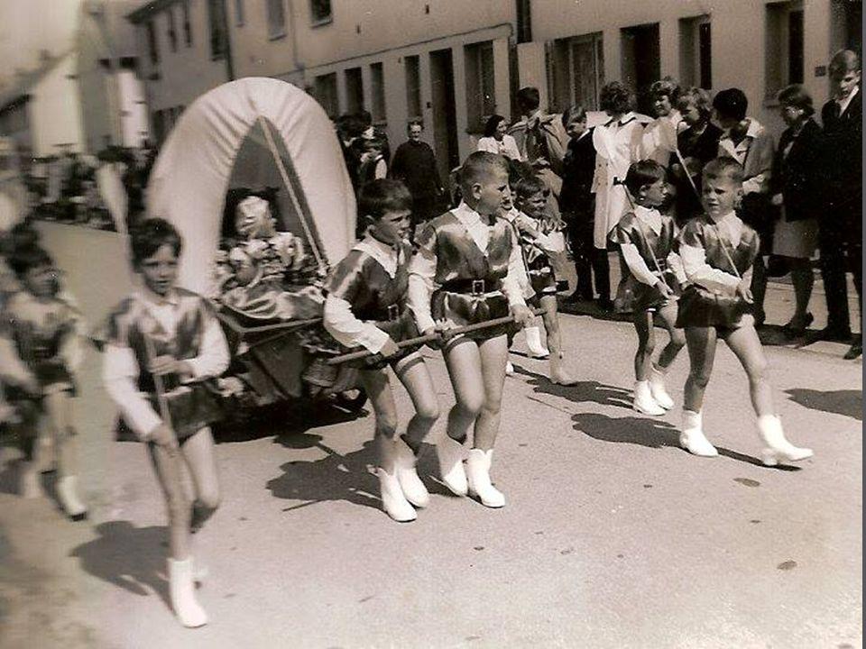 Les majorettes de Petit Fort Philippe à droite Marie-Noëlle Lefranc, au centre Evelyne Guilbert qui tenait la coop rue Louis Joonnekindt, et au fond l
