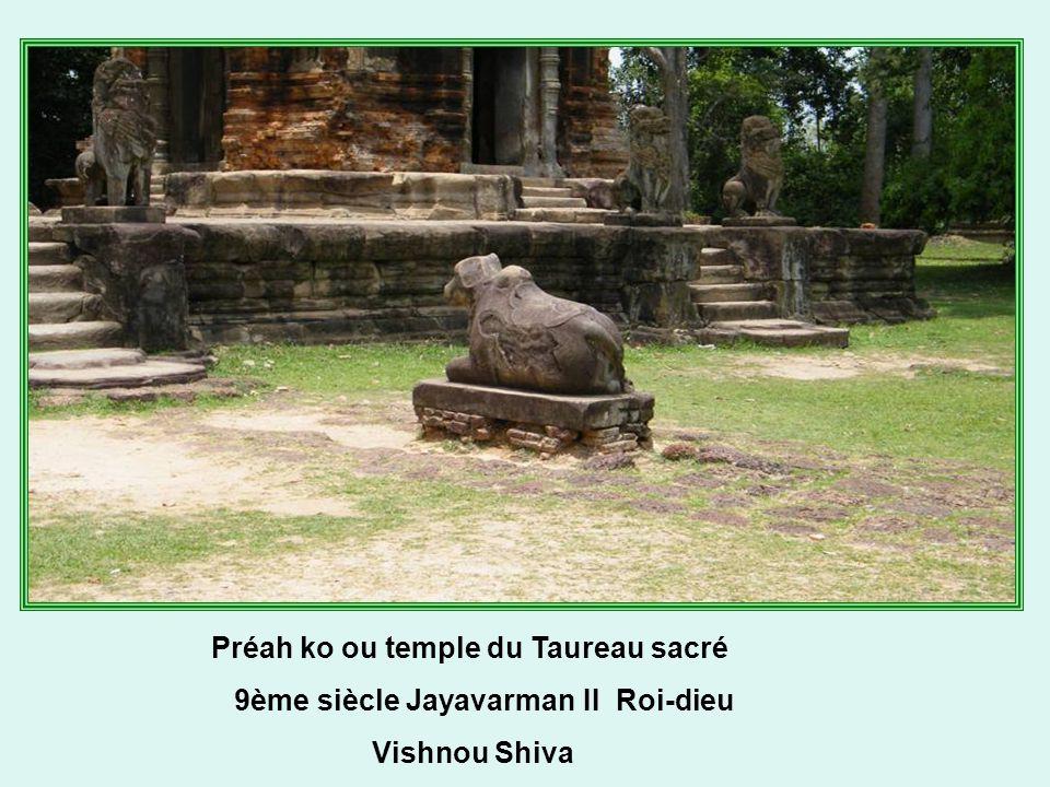Premières réalisations de l'architecture Kmère et c'est déjà admirable par ce raffinement de la décoration….Le groupe des temples Roluos :Preah Ko, Lolei, Bakong sont parmi les plus beaux.