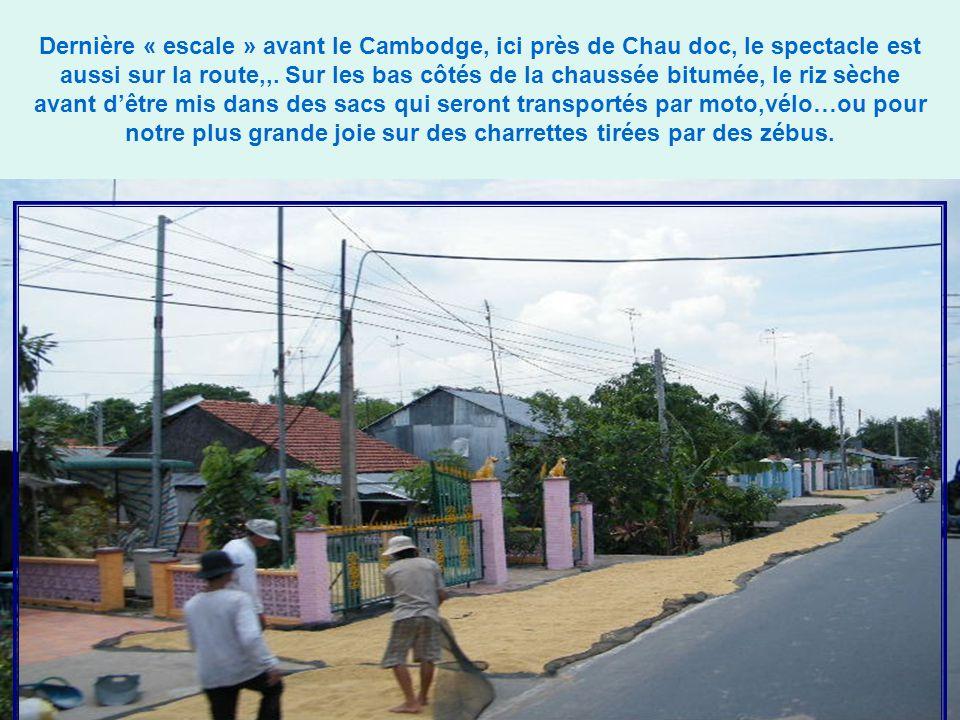 Dernière « escale » avant le Cambodge, ici près de Chau doc, le spectacle est aussi sur la route,,.