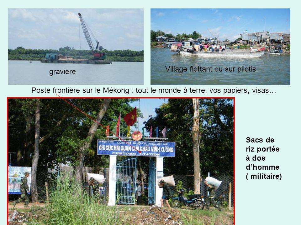 gravière Village flottant ou sur pilotis Poste frontière sur le Mékong : tout le monde à terre, vos papiers, visas… Sacs de riz portés à dos d'homme ( militaire)
