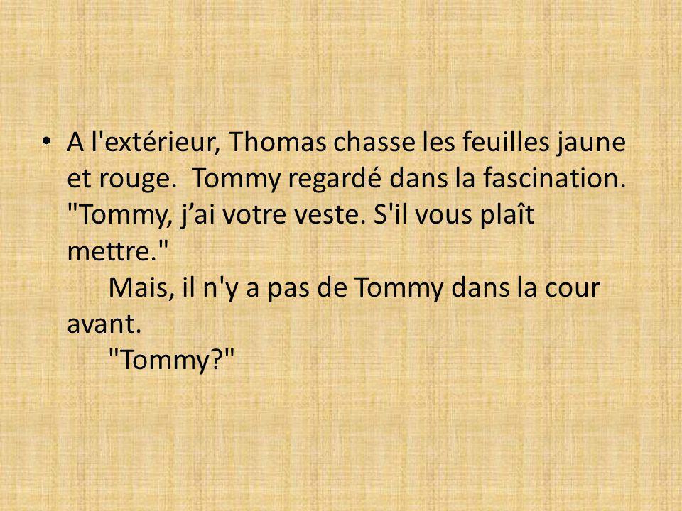 A l'extérieur, Thomas chasse les feuilles jaune et rouge. Tommy regardé dans la fascination.