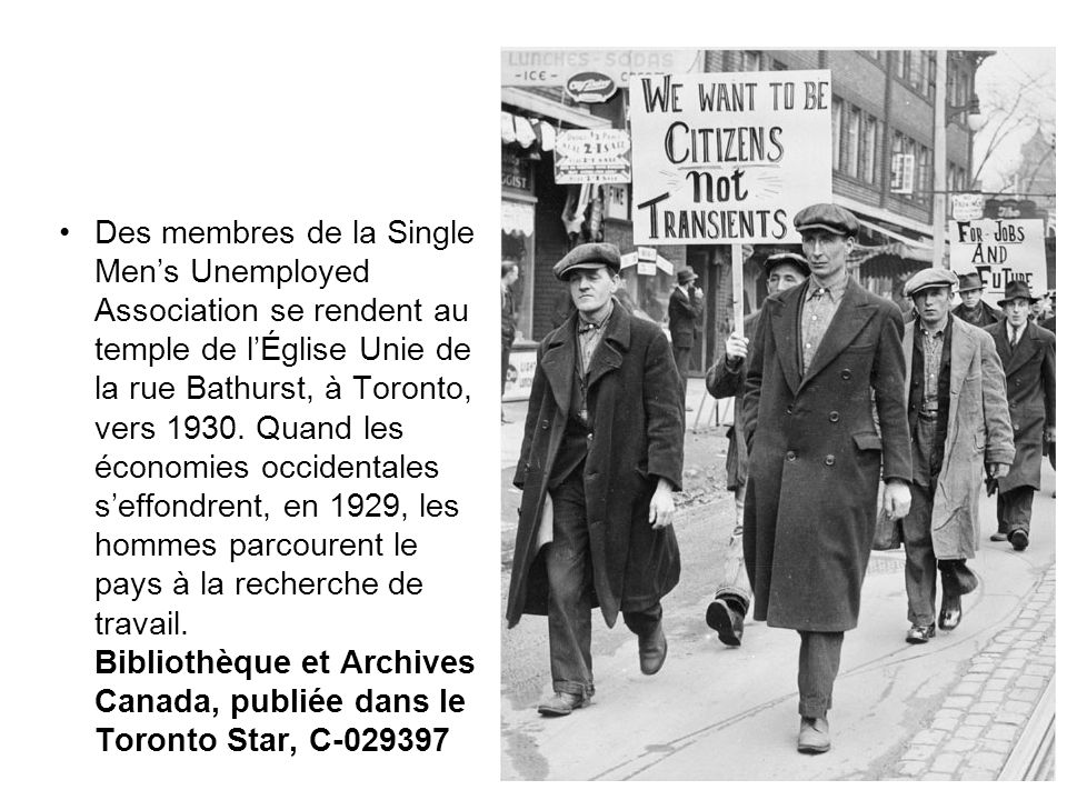 Des membres de la Single Men's Unemployed Association se rendent au temple de l'Église Unie de la rue Bathurst, à Toronto, vers 1930. Quand les économ
