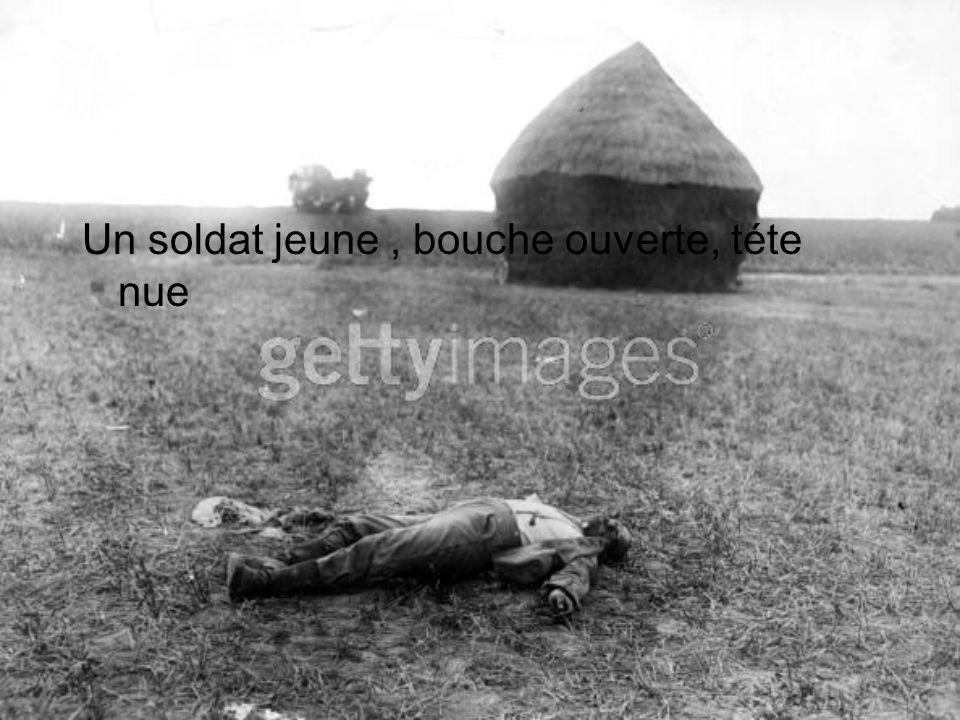 Un soldat jeune, bouche ouverte, téte nue
