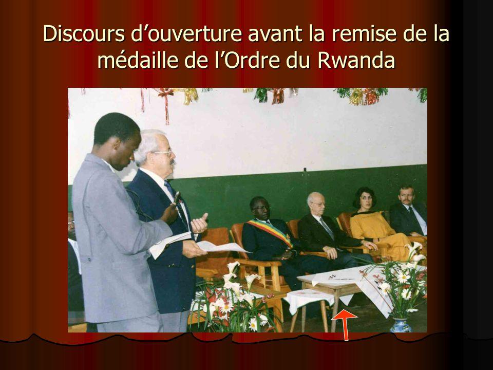Frère Marcel et les éducatrices du CJMS à Butare