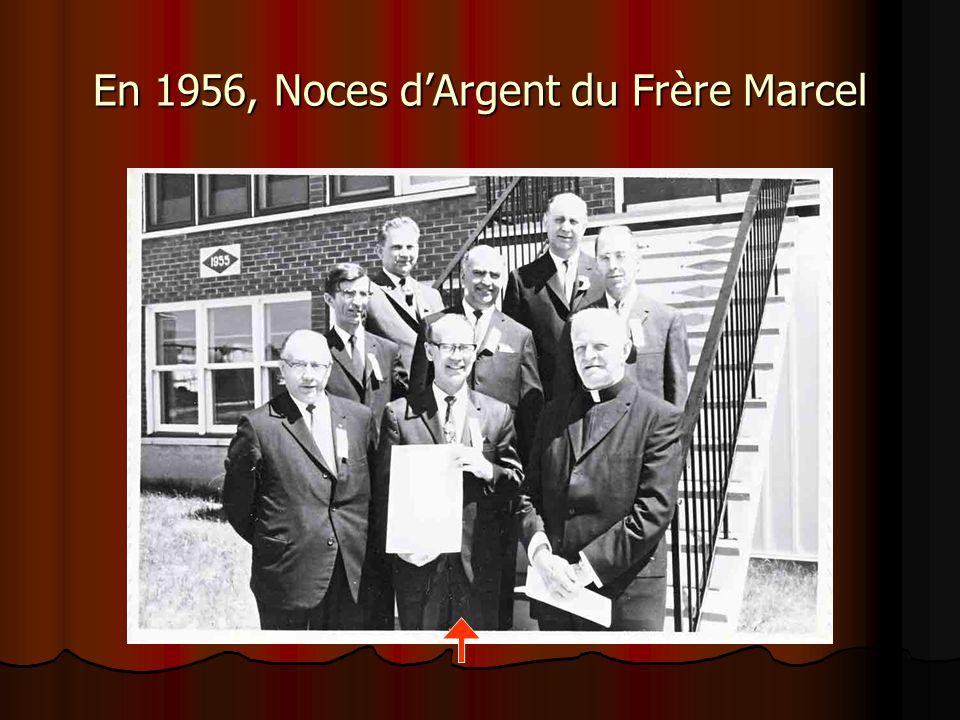 Frère Marcel reçoit la médaille de l'Ordre des mains du Chancelier au nom du Président.