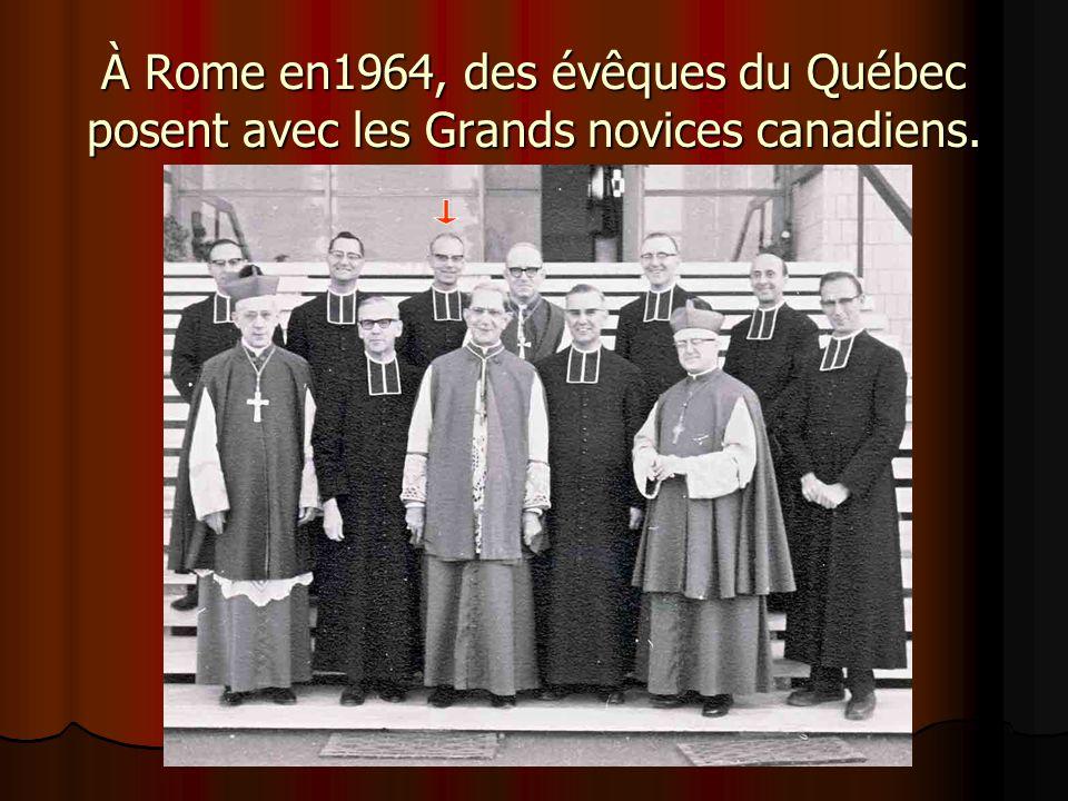 À Rome en1964, des évêques du Québec posent avec les Grands novices canadiens.