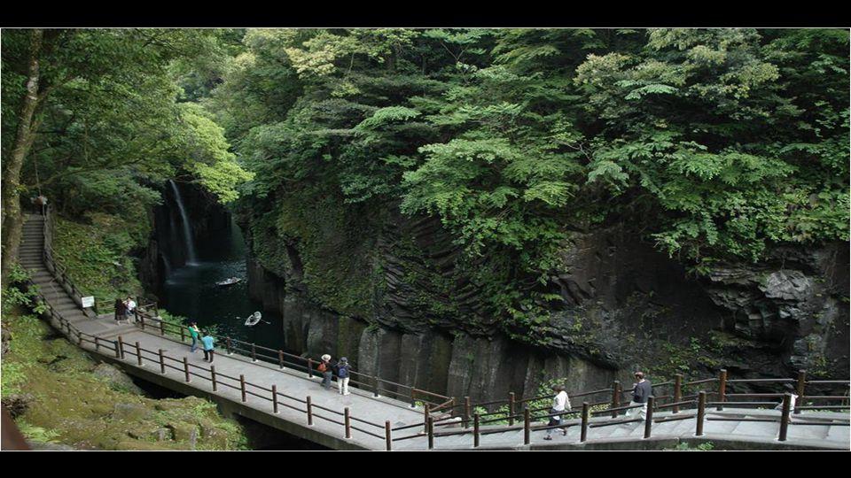 Évidemment, la beauté des gorges est une des principales raisons pour laquelle Takachiho reçoit des visiteurs à tout moment de l' année,
