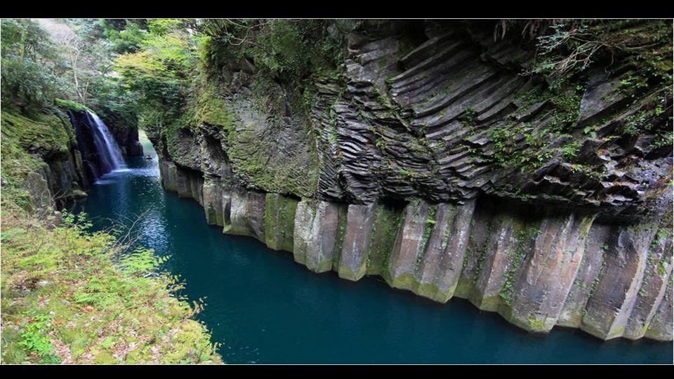 Takachiho Préfecture de Miyazaki, au Japon se trouve les Gorges de Takachiho, cet un endroit naturel qui combine quatre éléments de la nature pour compléter un endroit idyllique : une rivière d eaux cristallines en turquoise, falaises de prismes basaltiques, une cascade qui tombe depuis une falaise et l' exubérance de la végétation.