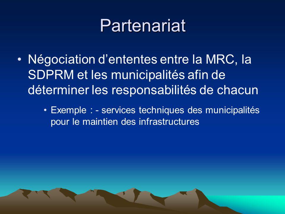 Partenariat Négociation d'ententes entre la MRC, la SDPRM et les municipalités afin de déterminer les responsabilités de chacun Exemple : - services techniques des municipalités pour le maintien des infrastructures