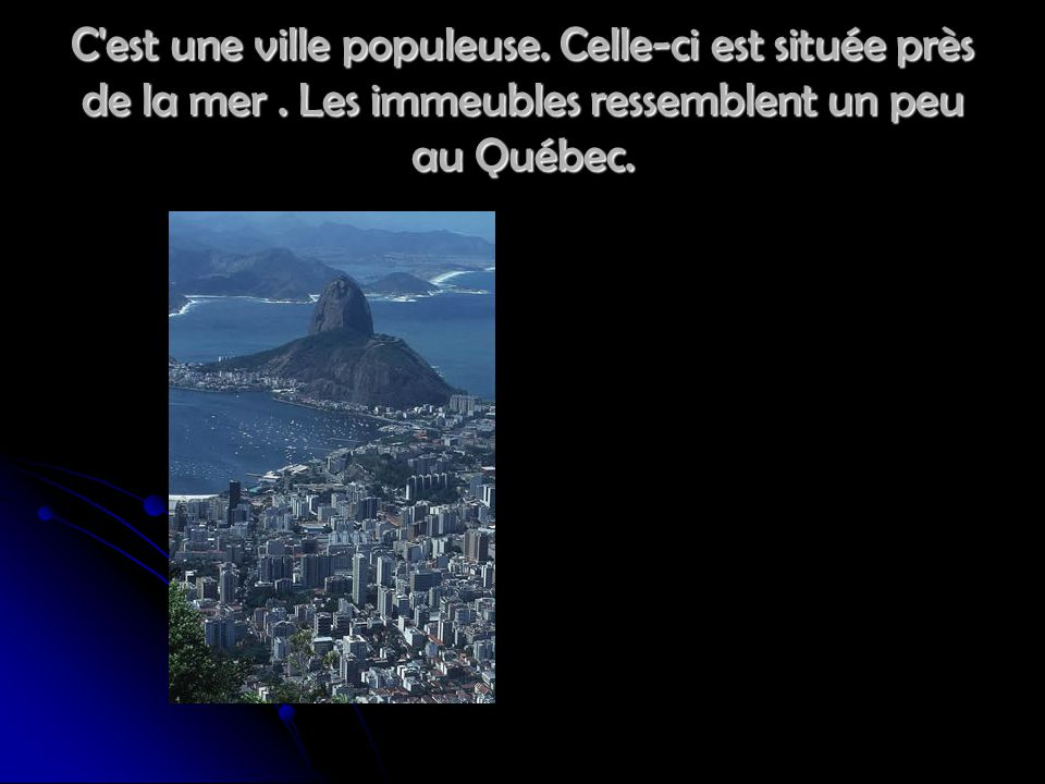 C'est une ville populeuse. Celle-ci est située près de la mer. Les immeubles ressemblent un peu au Québec.