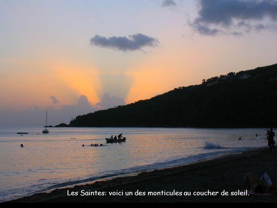 Les Saintes: voici un des monticules au coucher de soleil.