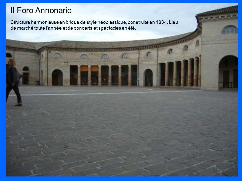Il Foro Annonario Structure harmonieuse en brique de style néoclassique, construite en 1834. Lieu de marché toute l'année et de concerts et spectacles