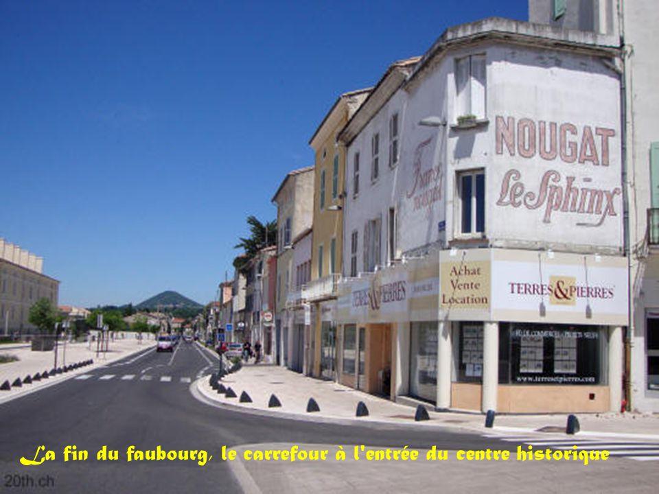 La fin du faubourg, le carrefour à l entrée du centre historique