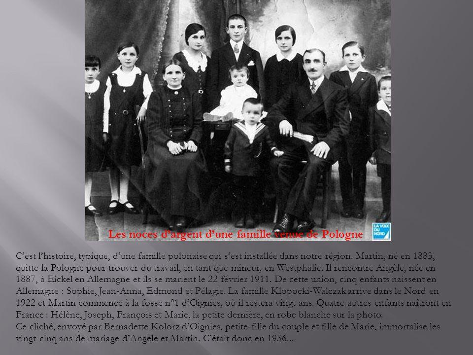 Une famille d'agriculteurs dans les années 20 En ce jour de 1921 Arthur et Élodie Dewitte posent fièrement avec leurs huit enfants.