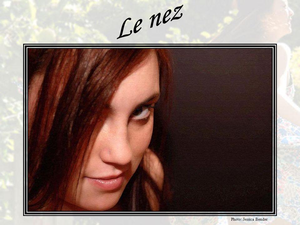L'anthropologue DESMOND MORRIS: Les yeux de la femme donnent à lire de nombreux messages visuels, qui changent selon les expressions de leurs yeux: le