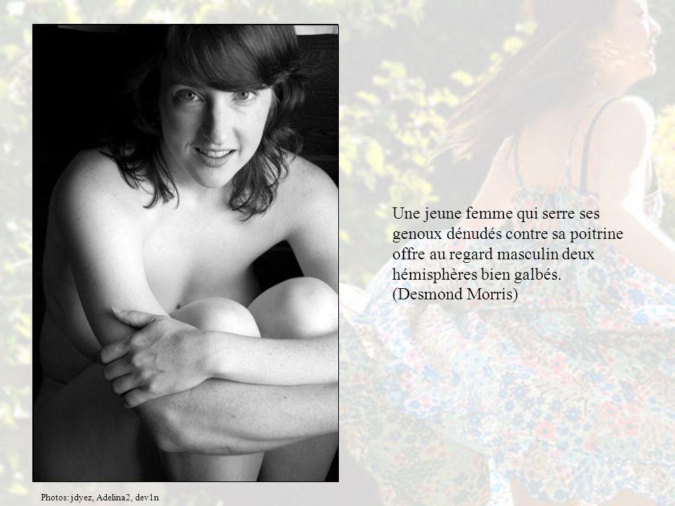 Une jeune femme qui serre ses genoux dénudés contre sa poitrine offre au regard masculin deux hémisphères bien galbés.