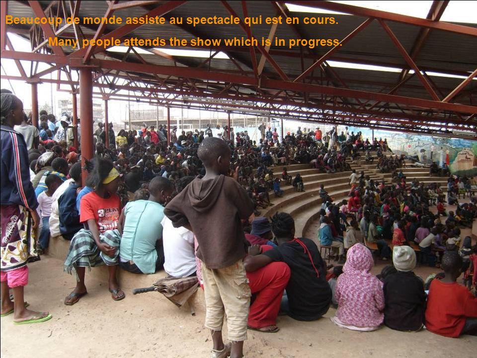 Beaucoup de monde assiste au spectacle qui est en cours.