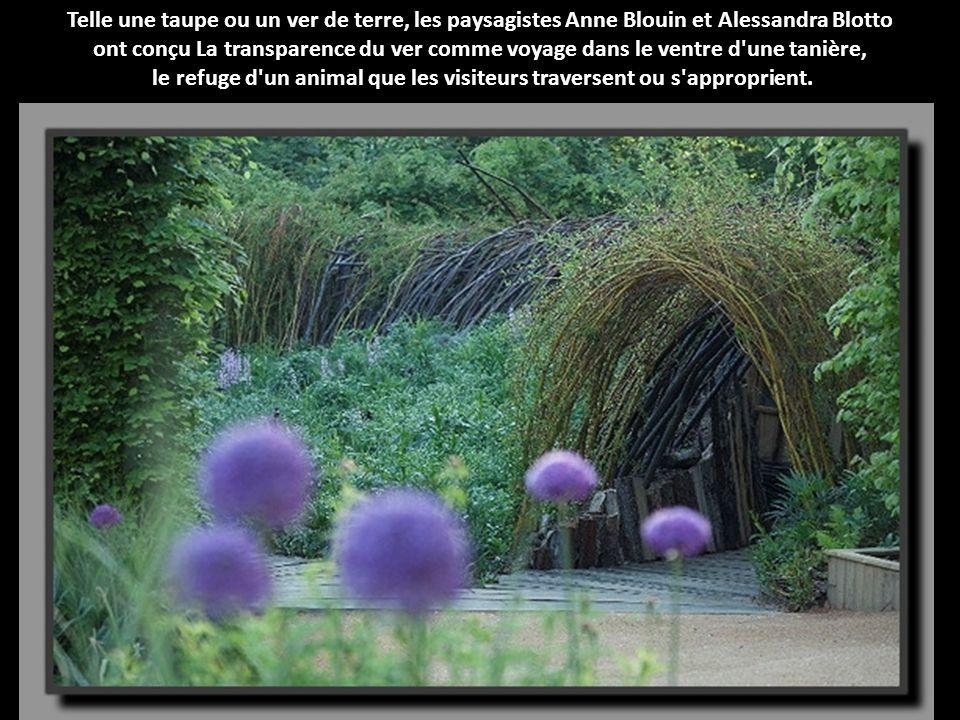 Telle une taupe ou un ver de terre, les paysagistes Anne Blouin et Alessandra Blotto ont conçu La transparence du ver comme voyage dans le ventre d une tanière, le refuge d un animal que les visiteurs traversent ou s approprient.