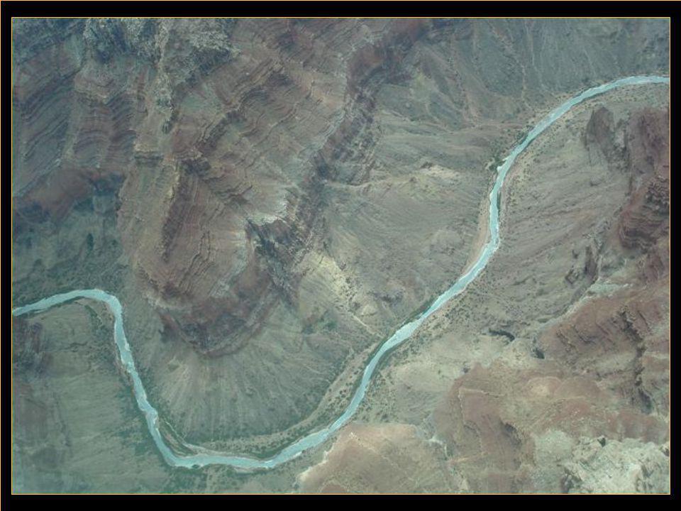 Grand Canyon à été creusé par le fleuve Colorado,il est long de 450 kms et d'une profondeur maximale de 1.300 m.