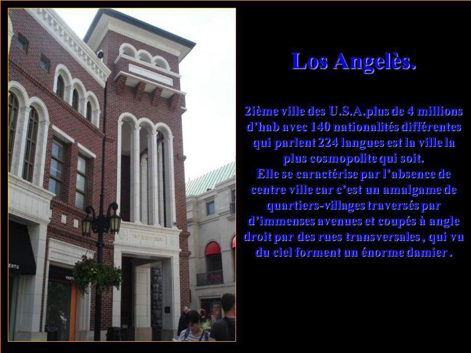 Laughlin. où ''la petite Las Végas'' avec ses nombreux Hôtels- casinos au bord du fleuve Colorado.