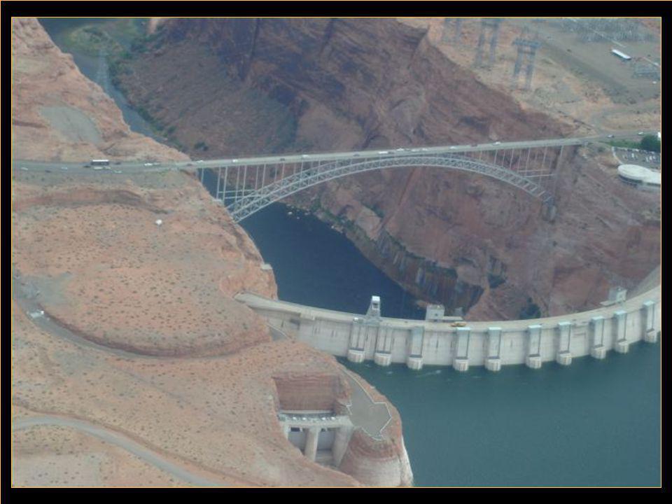 Lac Powell est la conséquence du barrage de ''Glen Canyon'' qui barre la rivière Colorado à la hauteur de la ville de Page.