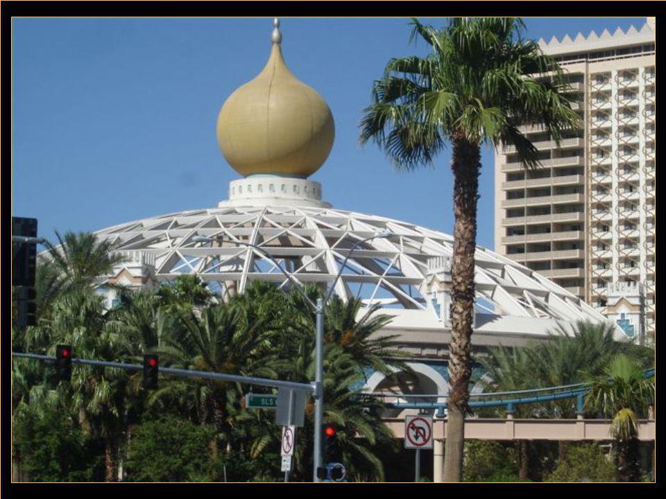 Las Végas Il faut voir cette ville sortie du désert qui s'est peuplée à la vitesse de l'éclair pour seulement satisfaire les joueurs qui se pressent dans les immenses casinos, tous les uns plus beaux que les autres.