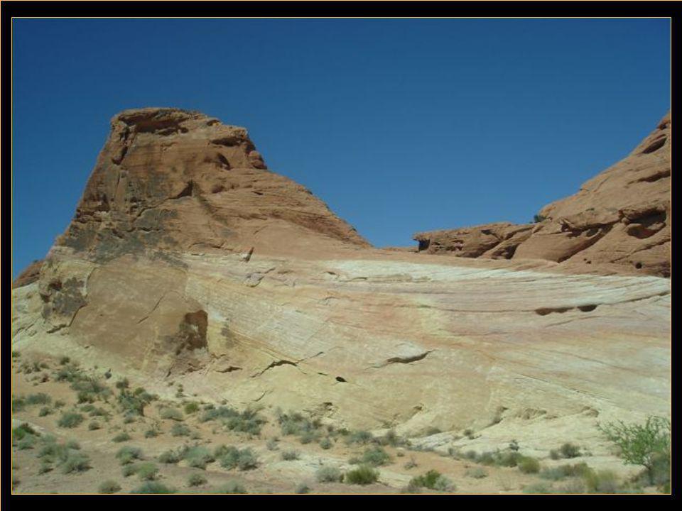 La vallée de la mort est aussi aride que celle du feu avec la particularité d'être par endroit à 85 m au dessous du niveau de la mer.