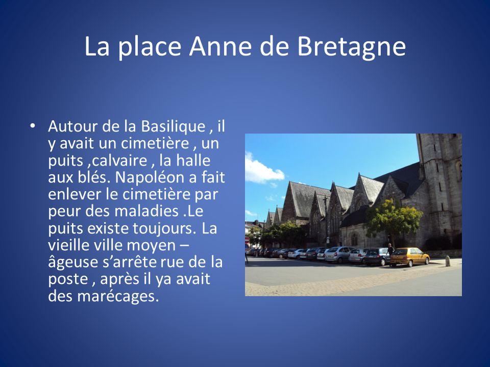 La place Anne de Bretagne Autour de la Basilique, il y avait un cimetière, un puits,calvaire, la halle aux blés.