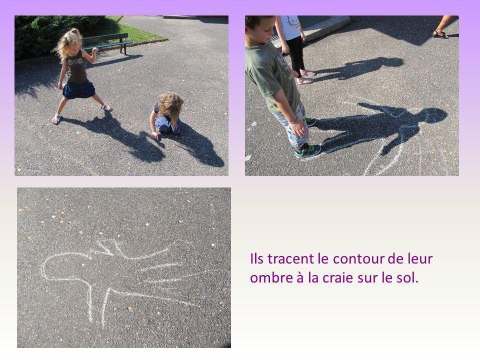 Ils tracent le contour de leur ombre à la craie sur le sol.