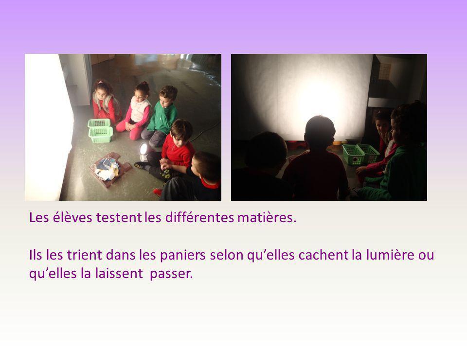 Les élèves testent les différentes matières. Ils les trient dans les paniers selon qu'elles cachent la lumière ou qu'elles la laissent passer.