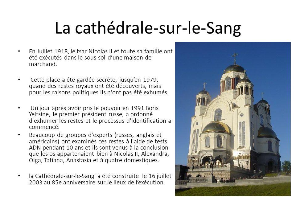 La cathédrale-sur-le-Sang En Juillet 1918, le tsar Nicolas II et toute sa famille ont été exécutés dans le sous-sol d'une maison de marchand.