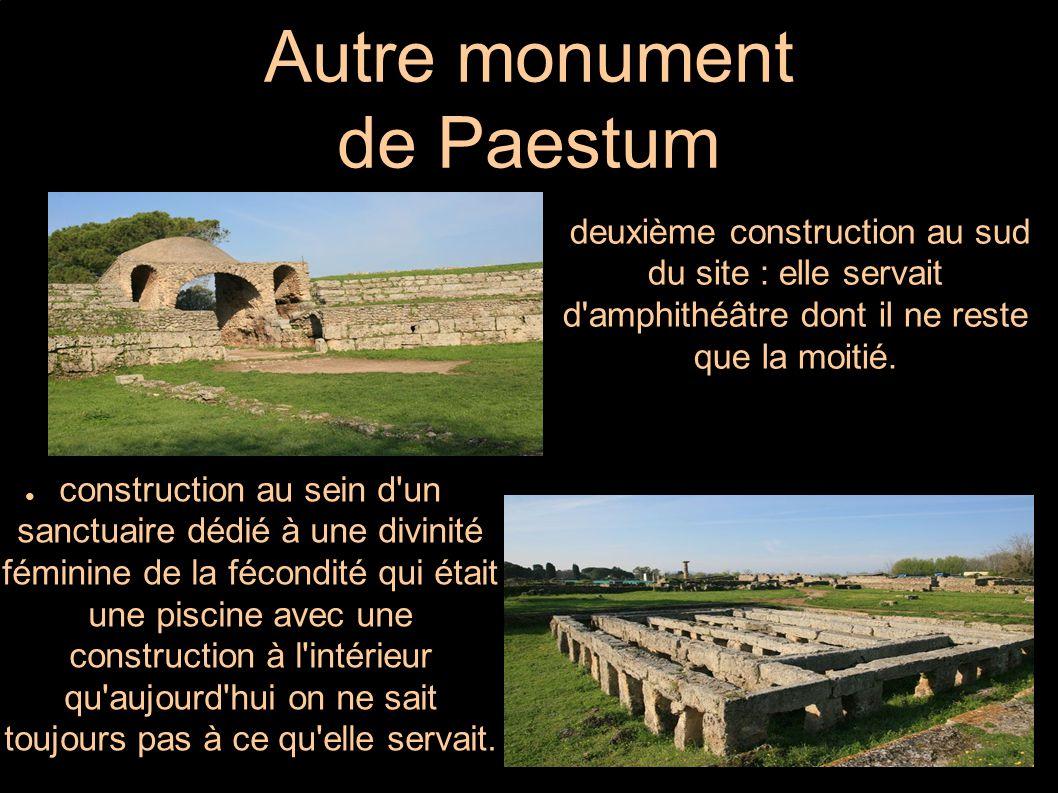 Autre monument de Paestum ● deuxième construction au sud du site : elle servait d'amphithéâtre dont il ne reste que la moitié. ● construction au sein