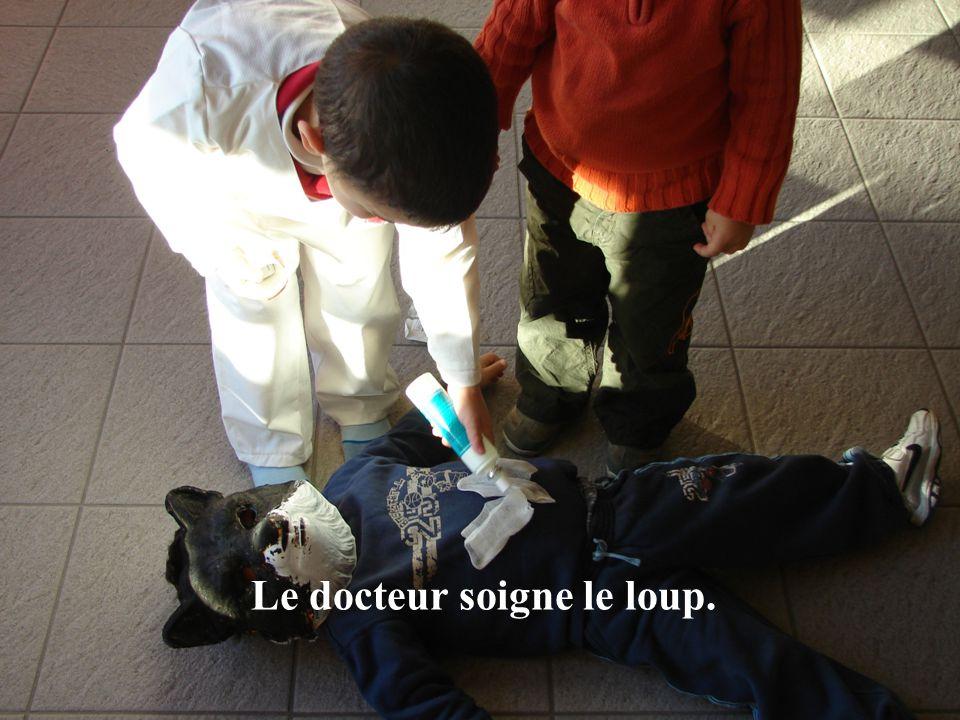 Le docteur soigne le loup.
