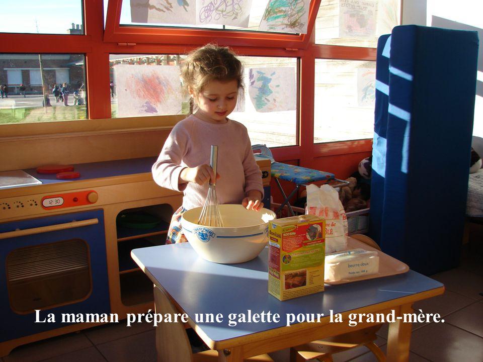La maman prépare une galette pour la grand-mère.