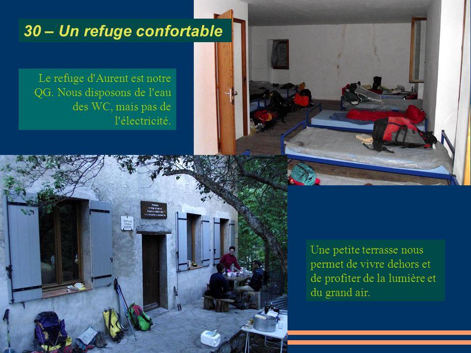 Une petite terrasse nous permet de vivre dehors et de profiter de la lumière et du grand air. Le refuge d'Aurent est notre QG. Nous disposons de l'eau